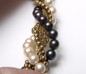 gold_pearl_necklace_closeup_03.jpg