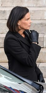 21193920-7701227-Princess_Stephanie_of_Monaco_arrives_at_the_Monaco_Cathedral_dur-a-50_1574166...jpg