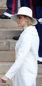 21193926-7701227-Princess_Charlene_of_Monaco_arrives_at_the_Monaco_Cathedral_duri-a-51_1574166...jpg