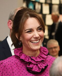 25579164-8078845-Kate_Middleton_38_proved_she_remains_Queen_of_the_high_street_la-m-8_15834188...jpg