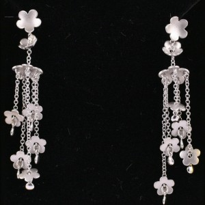 Dangling white gold flower earrings with satin finish