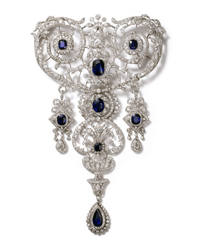 Stomacher brooch in platinum with diamonds and sapphires. Cartier Paris, 1907