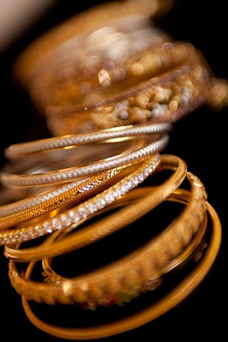 Bangle bracelets in white gold, yellow gold and diamonds
