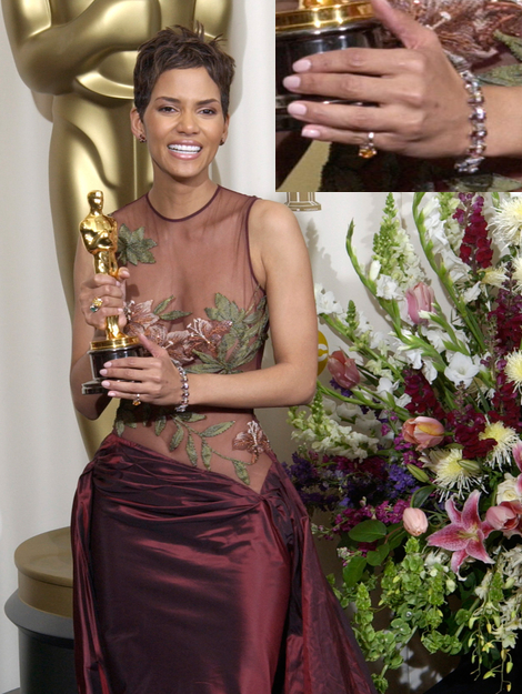 Actress HALLE BERRY at the 74th Annual Academy Awards in Hollywood. 24MARR2002.