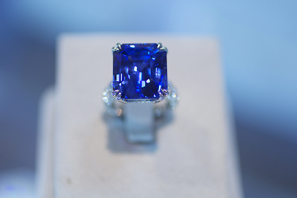Omi Privé 30.34 carat Sapphire and Diamond Ring