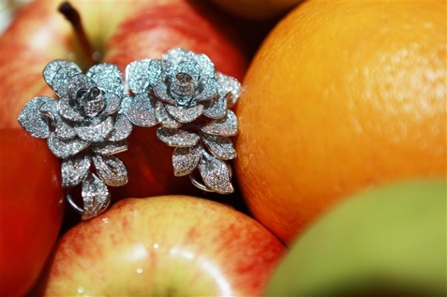 Floral diamond earrings - image by yueyechuyan