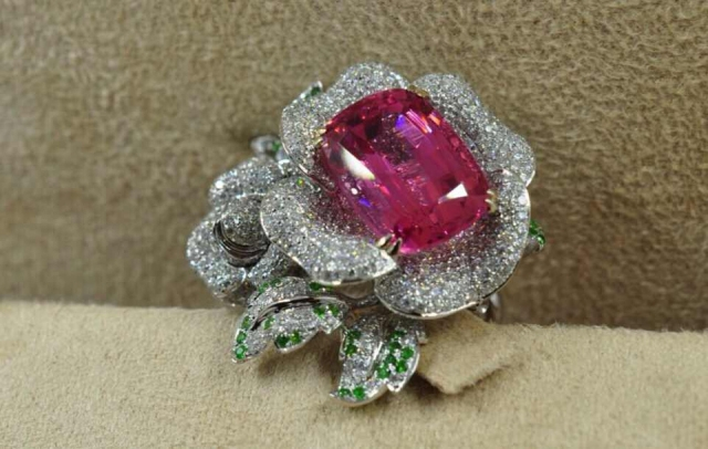 Pink spinel and diamond ring - image by yueyechuyan
