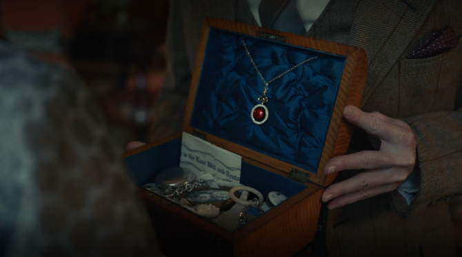Jewelry in Disney's Cruella.