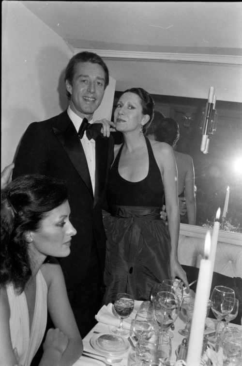 """Halston (2nd from L) and Elsa Peretti (C) attend a party at Prive in New York City following a private screening of """"Barry Lyndon"""" on December 15, 1975."""
